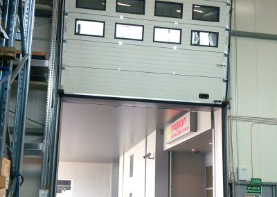 brama przemysłowa tor pionowy okna