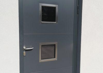drzwi wypełnione panelem z okienkami