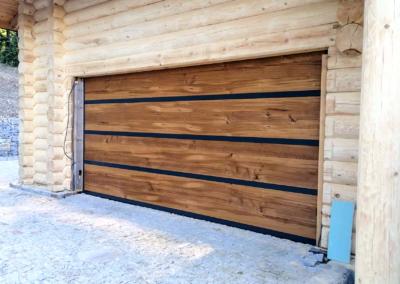 Brama segmentowa pokryta drewnem i aluminium (1)
